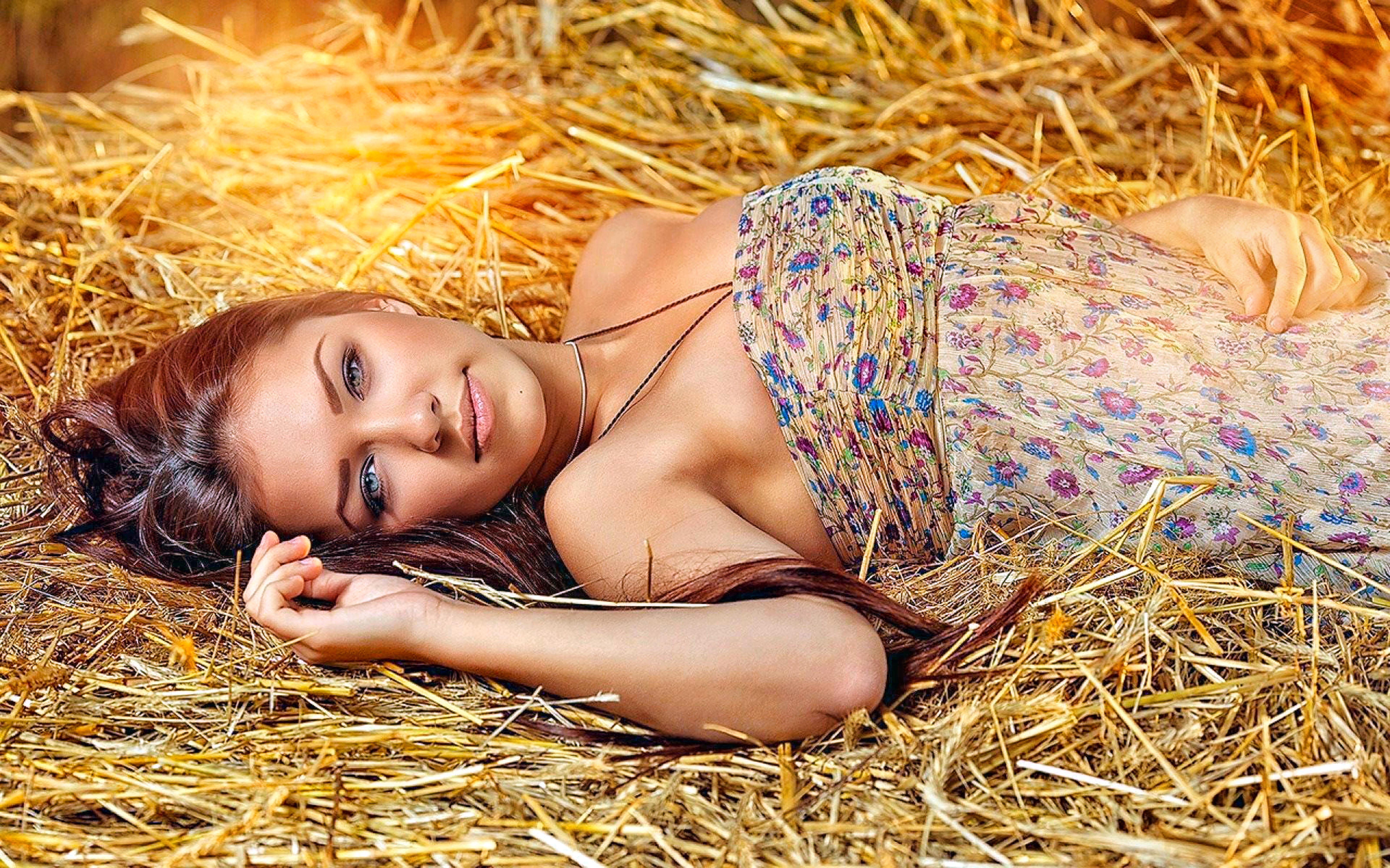девушки в стоге сена красивые