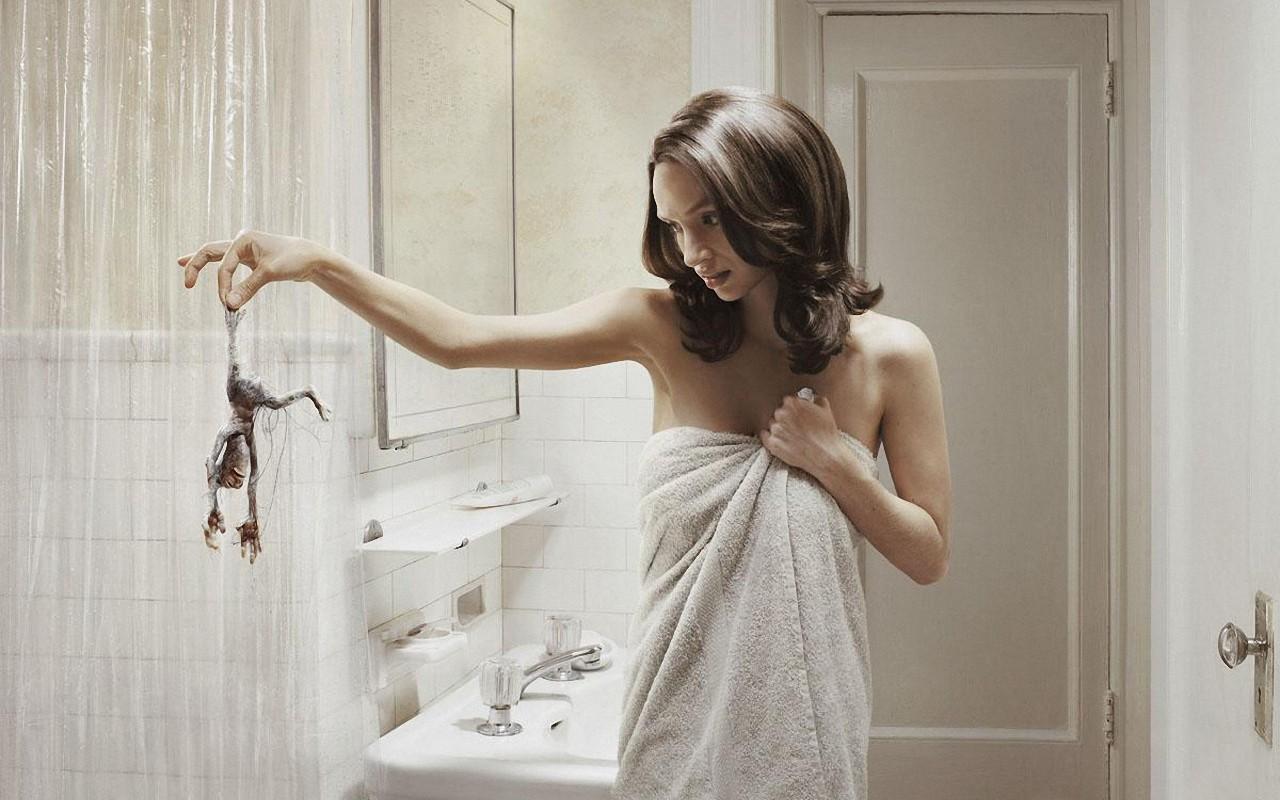 женщина в ванной комнате характере